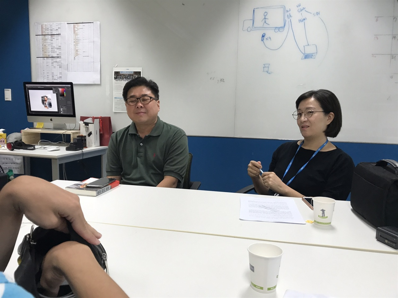 이춘근(좌), 김보슬(우) MBC PD가 <오마이뉴스>와 인터뷰를 하고 있다.