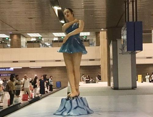 김연아 전 피겨스케이트 선수를 연상하게 하는 조형물 사진. 이 사진은 인천공항을 방문한 한 네티즌에 의해 빠르게 공유됐고, 이 조형물이 사라진 지금도 인터넷을 뜨겁게 달구고 있다.