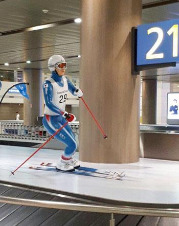 인천국제공항 입국장 수취대 위에는 김연아 선수를 연상하게 하는 피겨스케이트 선수 외에 스키, 아이스하키, 스피드스케이트 선수 조형물이 있었고, 현재 피겨 선수 조형물은 철거되고 없다.