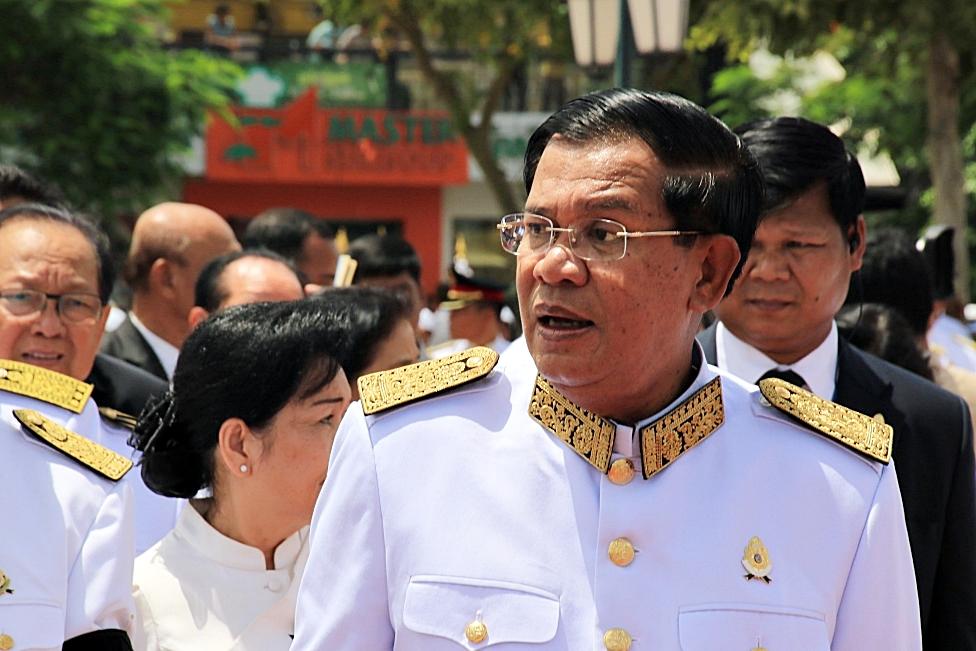 지난 3일 새벽 야당지도자까지 구속까지 감행하는 정치적 무리수를 둔 캄보디아 훈센총리의 모습 야당총재의 긴급체포사태로 캄보디아는 한치 앞을 알 수 없는 혼미정국에 빠져들었다.