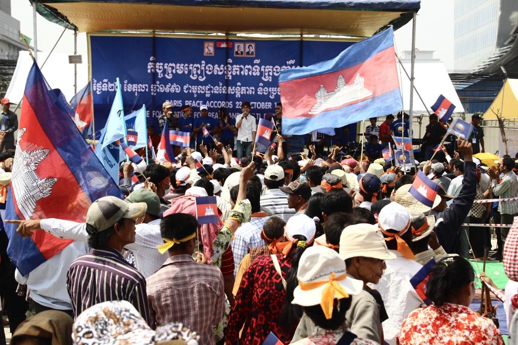 2013년 총선 직후 부정선거에 항의하기 위해 프놈펜 자유공원에 모여든 야당지지자들의 모습.