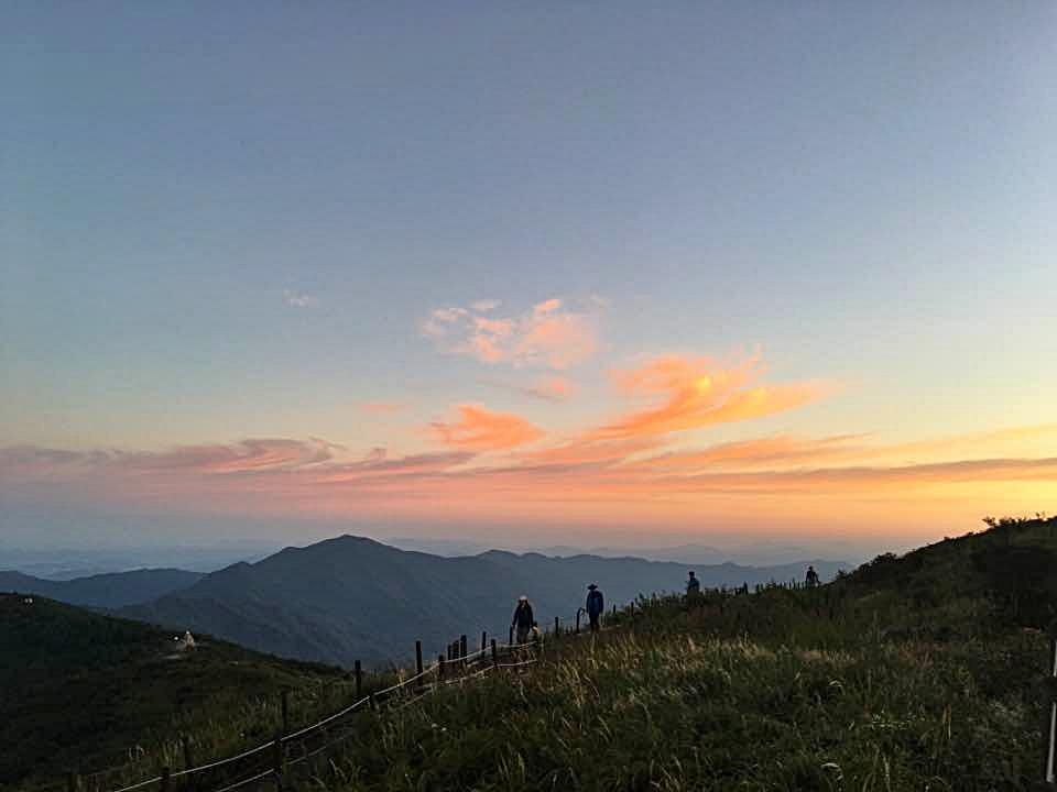 노고단 7 새벽 일출을 보기 위해 노고단으로 올라가는 사람들