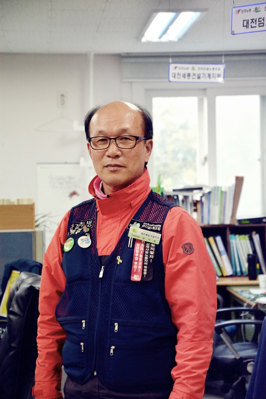 철근학교를 만들고 싶은 마지막 꿈이 있다. 그의 인상대로 그는 철근학교 선생님이 될 예정이다.