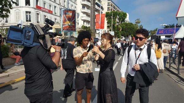 제70회 칸 국제영화제에 초대받은 김미경 감독이 현지 언론과의 인터뷰에 나서는 모습.