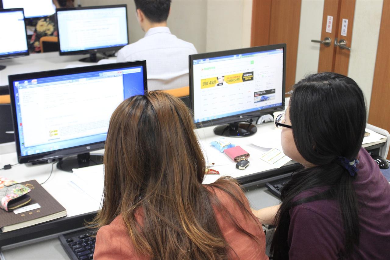 구은애 한국 위키미디어 협회 국장(오른쪽)이 참여자에게 위키백과 편집 방법을 설명하고 있다.