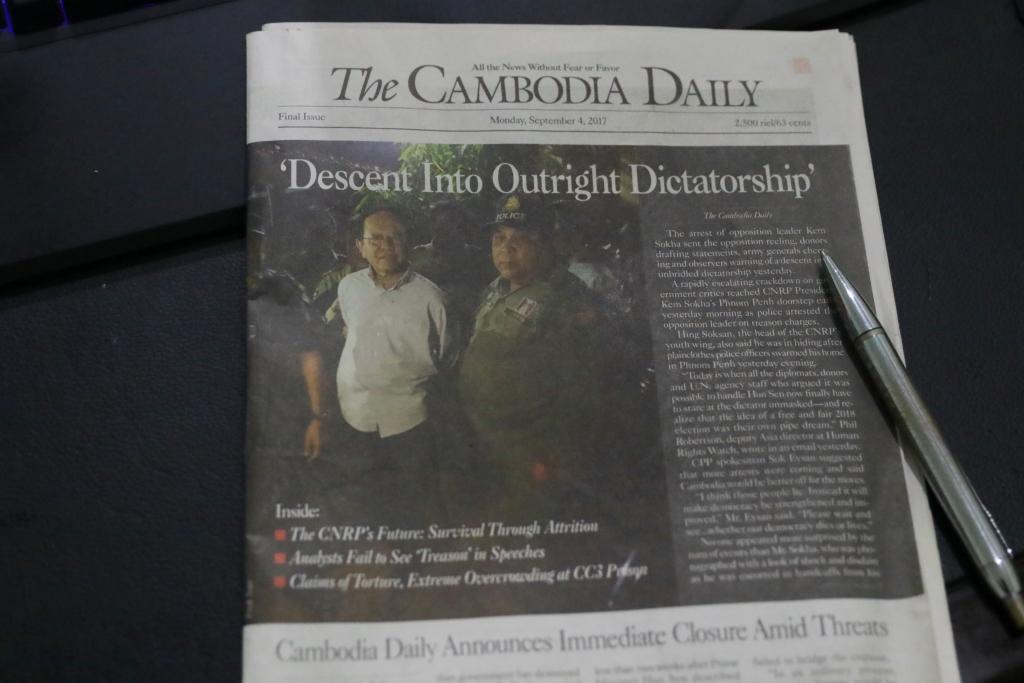 캄보디아  훈센정부의 70억원 세금징수협박에 결국 굴복해 지난 9월 4일자로 폐간된 영자 일간지 '캄보디아데일리'의 마지막 1면 기사의  제목은 '노골적인 독재정권으로 전락' 이다.