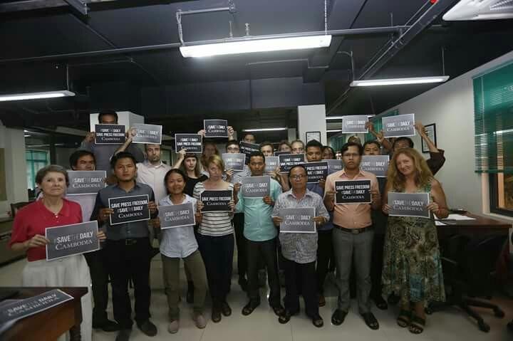 정부의 폐간조치에 대한 항의표시로 캄보디아의 언론자유를 구해달라는 호소하는 팻말을 든 캄보디아데일리 신문사 직원들