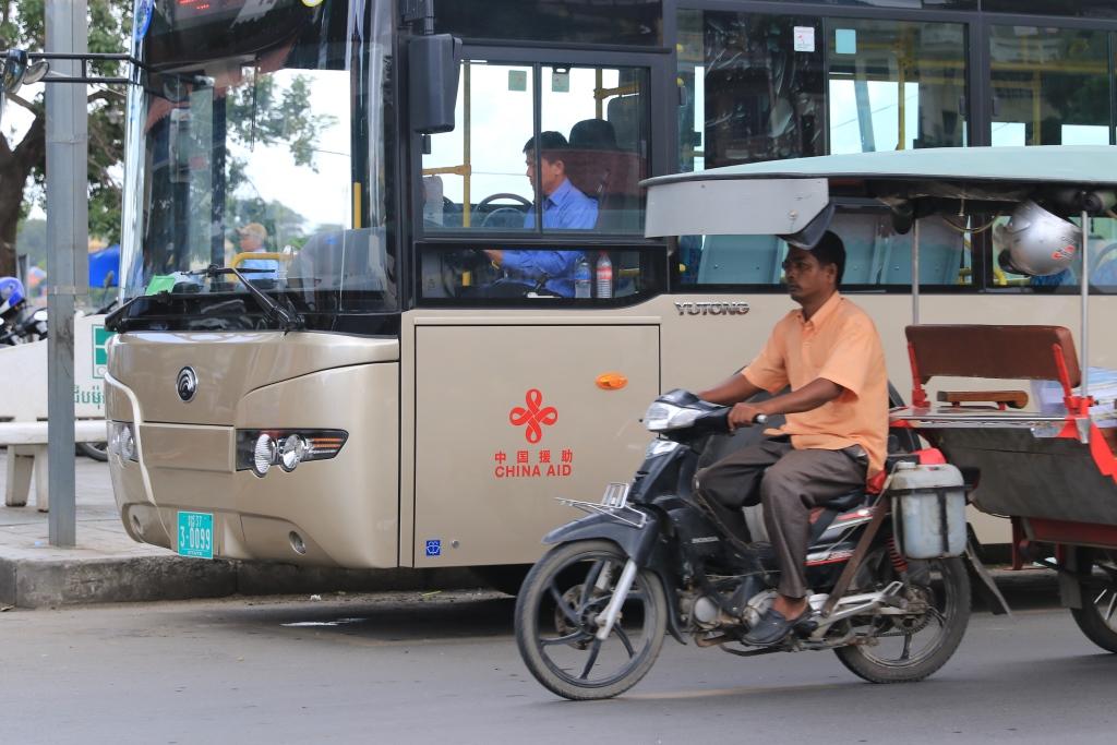 중국이 무상으로 제공한 신형버스 100대 지난 7월 중국정부가 캄보디아에 무상으로 제공한 시내대형버스 100대가 프놈펜 시내를 운행하기 시작했다.