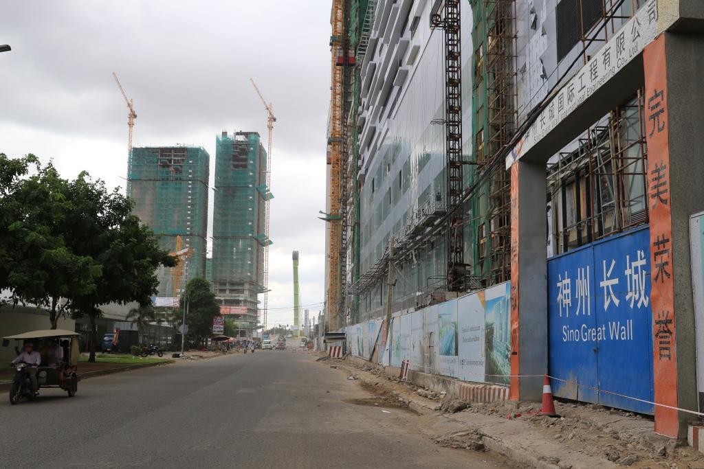 캄보디아 투자국 1위로 올라선 중국. 수도 프놈펜은 양국관계가 상승기류를 타면서, 중국계 건설기업들의 대규모 진출이 늘어 요즘 도심 전체가 온통 공사장같다.
