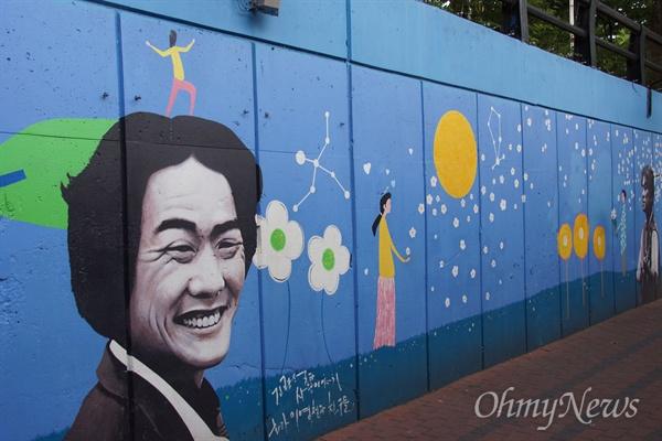 김광석길에 있는 고 김광석 가수의 얼굴이 그려져있는 벽화 모습.