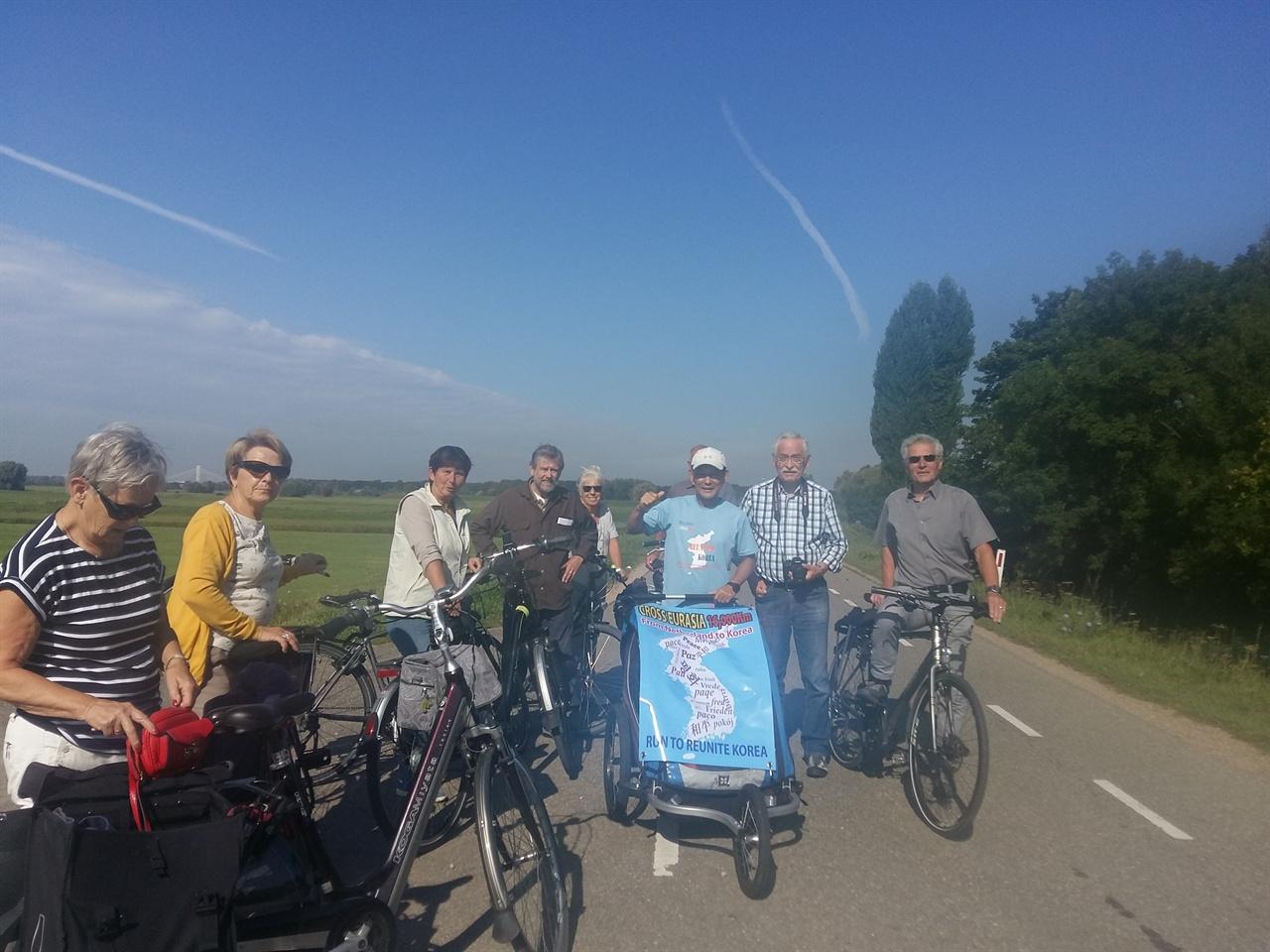 강둑을 달리며 만난 사람들 네덜란드에서는 왈 강이라고 부르고 독일 국경을 넘으면 라인 강이라 불리는 강둑을 달리면서 만난 사람들