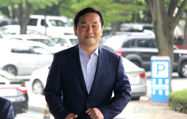 정치자금법 위반 혐의를 받고 있는 자유한국당 엄용수 국회의원이 조사를 받기 위해 6일 오전 창원지방검찰청에 출석했다.