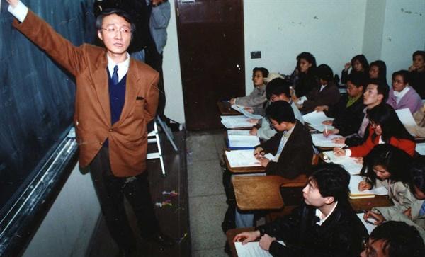 지난 1994년 마광수 교수가 연세대에서 강의하는 모습.