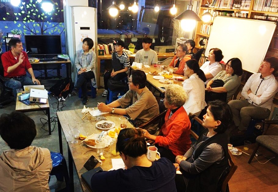 관악사회복지 서로배움터가 기획한 '사랑과 평화의 실천가 묵자'를 강의하고 있는 저자 박영하 운영위원장.