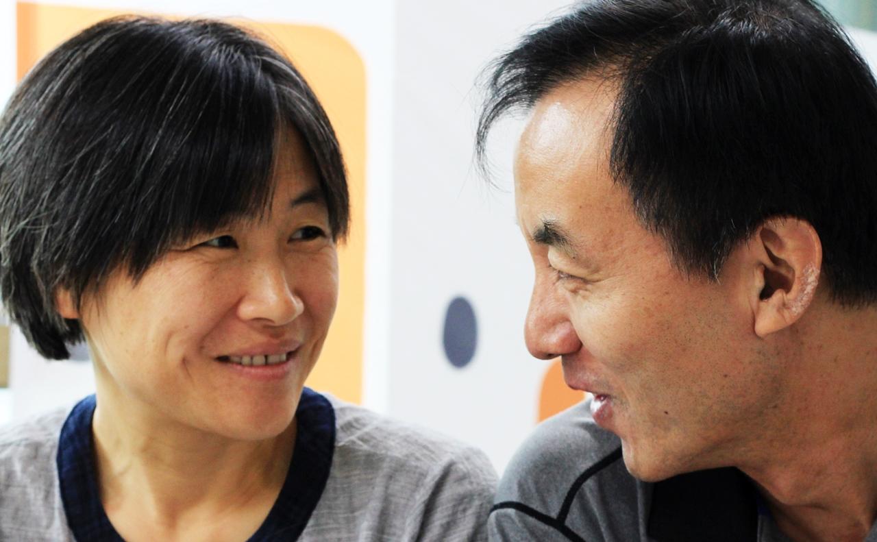 박영하 운영위원장과 홍선 운영위원.