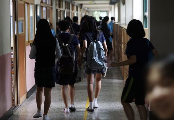 지난 8월 31일 교육부가 수능개편을 1년 유예한다고 발표하자 입시학원가에서는 '고등학교 1학년 반색, 중학교 3학년 안도, 중학교 2학년 경악'이라고 표현했다.  중2 학생은 외국어고와 자사고 전형을 일반고와 동시에 시행하고, 2015 개정교육과정으로 공부한 중3 학생은 2009 개정교육과정을 토대로 한 수능을 보게 됐다.  사진은 이날 서울의 한 중학교 모습.