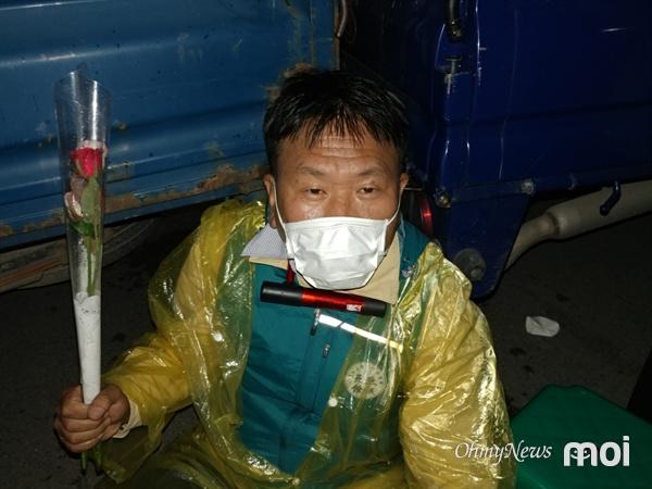 사드를 막아내기 위해 일부 주민이 목에 체인을 감은 뒤 차량에 묶었다. 이들은 목숨을 걸고 사드를 막아내겠다는 결의를 다졌다.
