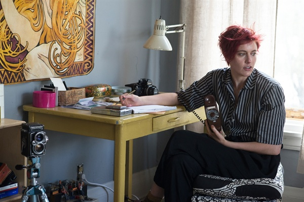 실제 83년생 그레타 거윅은 이 영화에서 55년생 애비를 연기했다. 독특한 헤어스타일과 패션, 그리고 연기 스타일은 [이터널 선샤인]의 케이트 윈슬렛을 연상시킨다. 그녀의 다음 작품들이 기대된다.