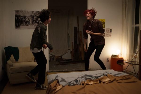 제이미가 20대에 들었으면 좋겠다는 음악을 제이미에게 들려주며 함께 춤을 추는 애비.