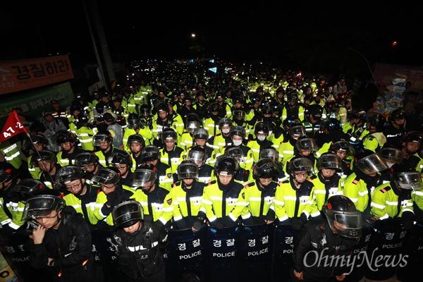6일 오후 경북 성주군 초전면 소성리마을회관앞에서 주민과 시민단체 회원들이 사드 추가배치 저지 농성을 벌이는 가운데, 경찰들이 헬멧과 방패를 들고 진압작전을 준비하고 있다.