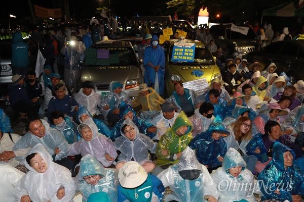소성리마을회관앞에서 사드 추가배치를 반대하는 주민과 시민단체 회원들이 스크럼을 짜고 농성을 벌이고 있다.