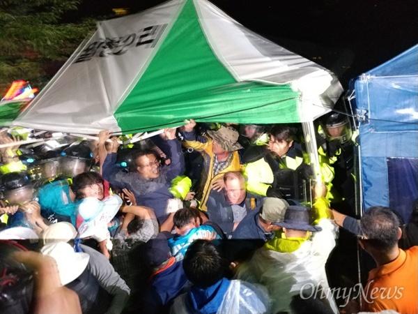 7일 오전 0시 30분경 경북 성주군 초전면 소성리 마을회관 앞에서 진압하려는 경찰과 지역주민·시민단체 회원들이 격렬하게 충돌하고 있다.