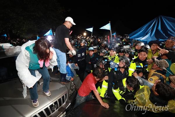 7일 오전 0시 40분경, 경북 성주에 사드배치를 앞두고 진압작전에 나선 경찰과 저항하는 시민들의 모습.