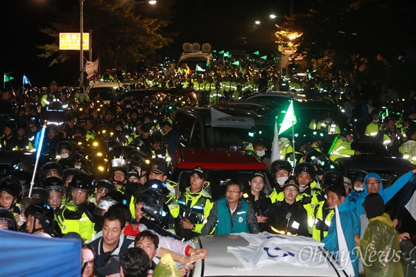 7일 오전 0시 40분경, 경북 성주에 사드배치를 앞두고 경찰이 진압작전에 나서고 있다.