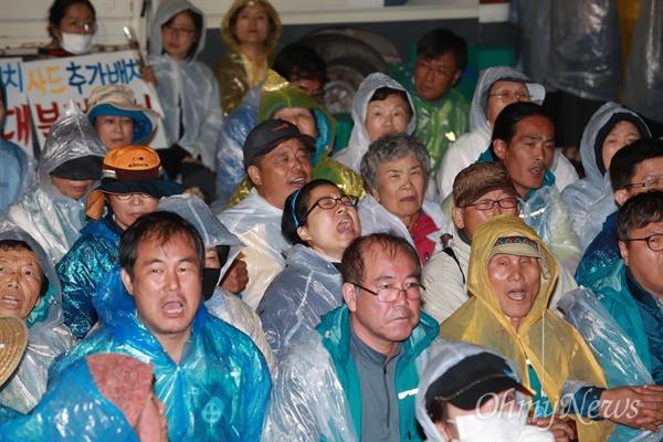 7일 오전 0시 40분경, 경북 성주에 사드배치를 앞두고 경찰이 진압작전에 나서자 시민들이 이에 저항하고 있다.