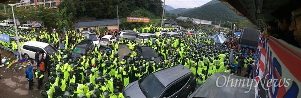 사드 추가배치가 예고된 7일 새벽 경북 성주군 초전면 소성리마을회관앞 도로를 경찰이 장악하고 있다. 경찰은 밤새 도로에서 사드 추가배치 반대 농성을 벌이던 주민 수백 명을 강제 해산시켰다.