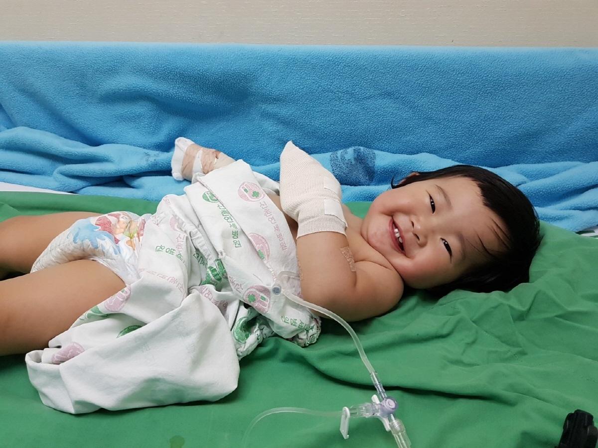 봉합수술 입원 중에도 그놈의 미소는 버리질 못합니다.
