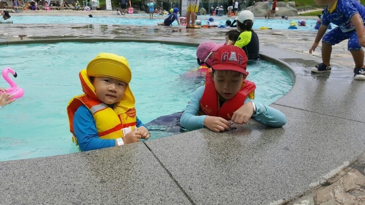 오빠 서준이는 사촌 형과 이리 수영장에서 놀고 있습니다. 서하가 그 야단을 칠 때도 말입니다.