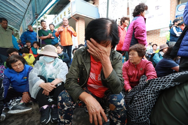밤샘 농성에도 불구하고 사드 발사대 4기 추가배치를 막지 못한 가운데 7일 오전 경북 성주군 소성리마을회관앞에서 열린 사드 추가배치 규탄 기자회견에서 주민들이 눈물을 흘리고 있다.