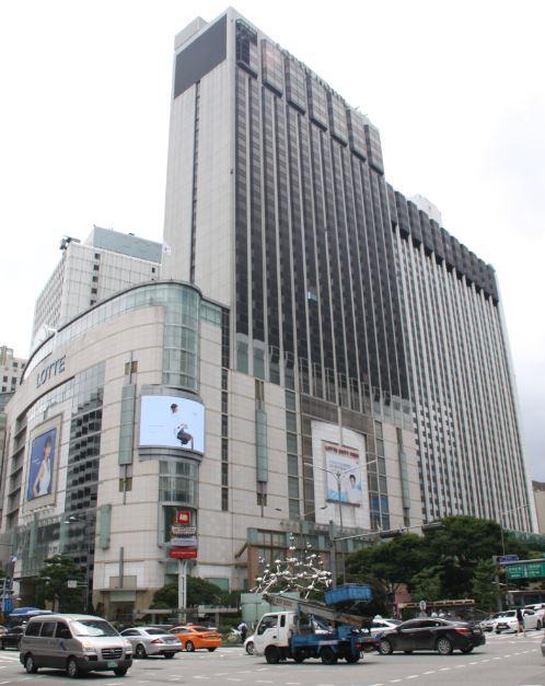 롯데호텔과 롯데백화점 1979년 말 완공된 롯데백화점은 서울시의 도심억제정책에 반하는 사업으로 허가를 받을 수 없었다. 서울시는 백화점을 허가해 주기 위해 '롯데백화점'이 아닌 '롯데쇼핑센터'라는 꼼수로 사업을 승인해 주었다.