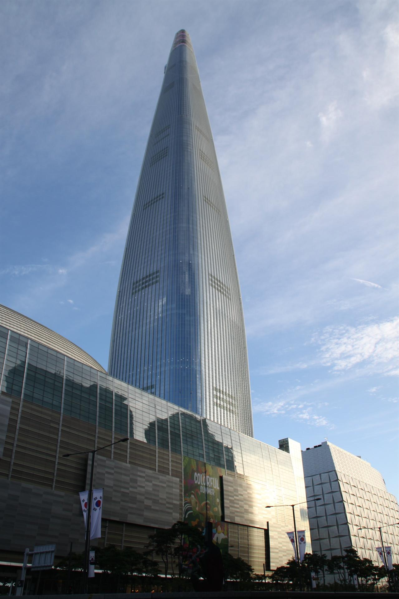 제2롯데월드(롯데월드타워) 제2롯데월드 프로젝트는 1988년 송파구 신천동 29번지 일대 8만7182㎡(2만6373평)의 땅을 사들이면서 시작되어 2014년 10월 에비뉴엘동, 쇼핑몰동, 엔터테인먼트동이 개관한 다음 2017년 4월 3일 123층, 555m 높이의 롯데월드타워가 완공되면서 마감되었다.