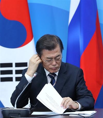 문재인 대통령이 지난 6일 오후(현지 시각) 블라디보스토크 극동연방대학교에 마련된 언론발표장에서 협정·서명식 및 공동언론발표에서 푸틴 러시아 대통령의 발언을 듣고 있다.