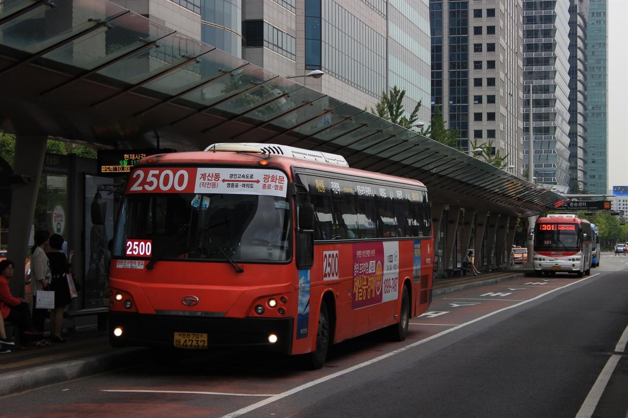 지난 2015년 삼화고속이 운영권을 포기한 2500번의 모습. 2500번은 신강교통으로 이전된 이후 서울 도심에서 철수하게 되었다. 종로행 광역버스의 철수인 셈이다.