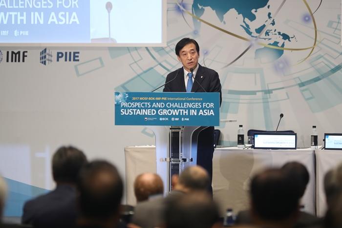 7일 이주열 한국은행 총재가 서울 종로구 포시즌스호텔에서 '아시아 지속성장 전망과 과제'를 주제로 열린 국제콘퍼런스에서 환영사를 하고 있다.