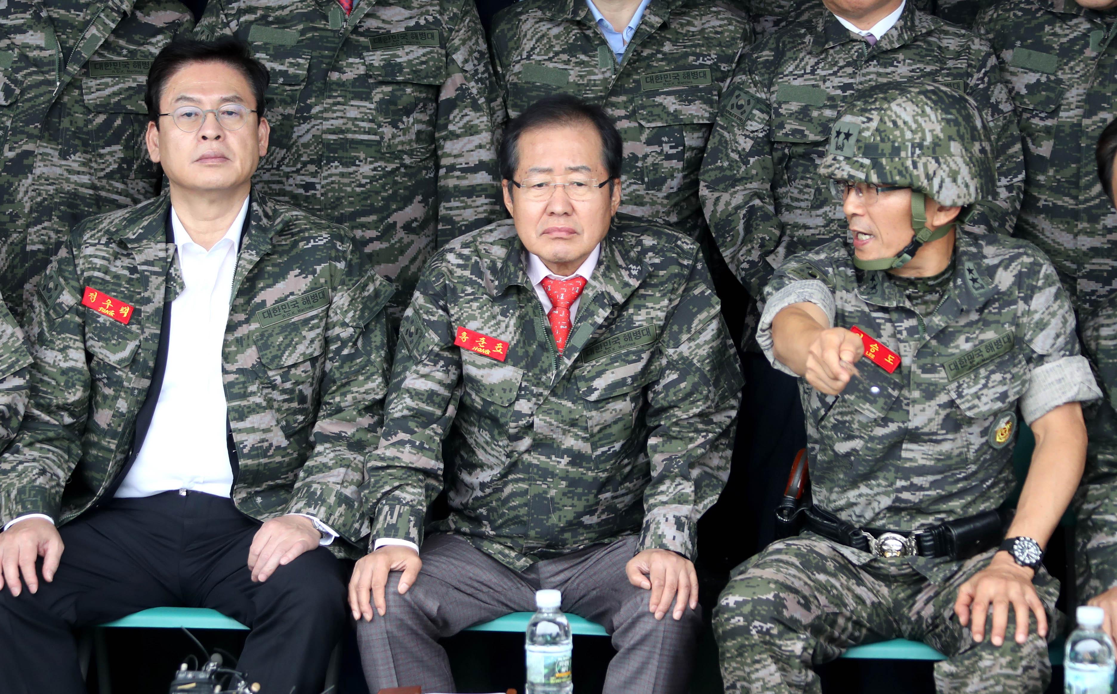 자유한국당 홍준표 대표(가운데)와 정우택 원내대표가 6일 오후 김포 해병대 2사단을 방문, 부대장으로부터 설명을 듣고 있다.