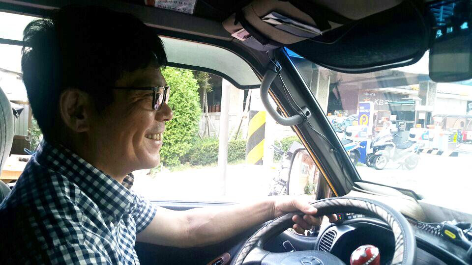 셔틀버스 노동자 심용택씨가 운행하고 있다.