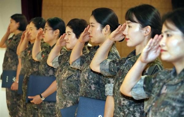 지난 6일 오전 서울 용산구 국방컨벤션센터에서 열린 제67주년 여군 창설 기념식에서 표창 수여자들이 경례를 하고 있다.