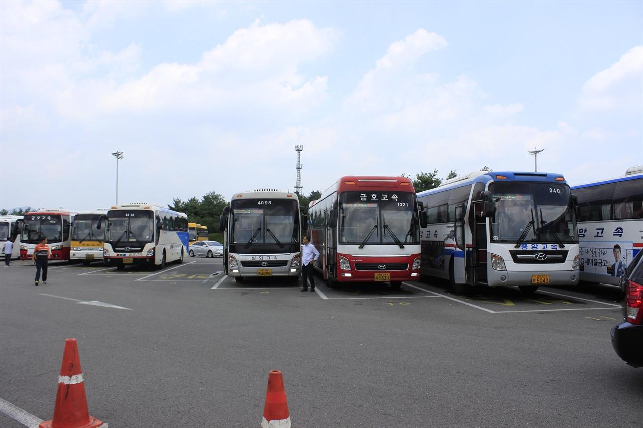 정안휴게소에 늘어선 고속버스 고속버스 기사들의 휴식권, 나아가 모든 기사들의 휴식권에 대해 논의가 이루어진 적이 많지 않았다.