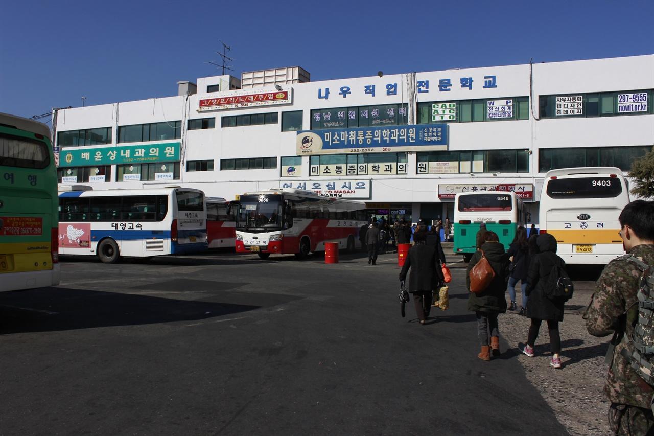 마산시외버스터미널의 모습 고속버스에 비해 시외버스, 완행버스의 경우 더욱 열악한 근무조건을 지니고 있다. 고속버스에 비해 돌발상황이 많고, 승객이 적어 인력난에 시달리기 때문이다.