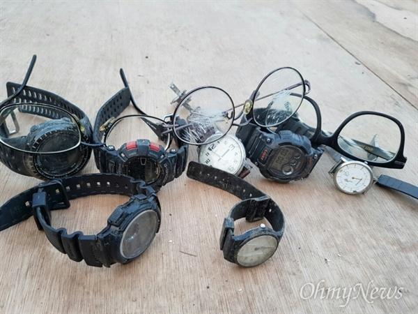 지난 6일과 7일 사이 사드 배치를 막으려는 주민들을 끌어낸 자리에 깨진 안경과 분실된 시계 등이 한 구석에 쌓여 있다.