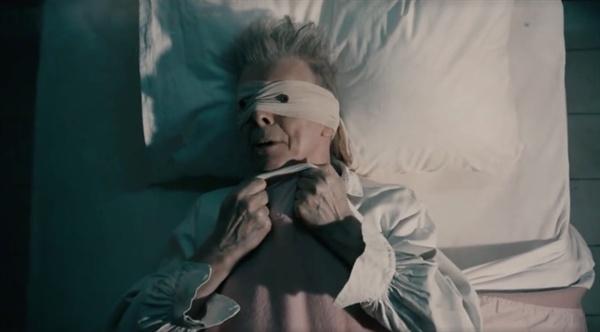 데이비드 보위의 'lazarus' 뮤직비디오의 한 장면