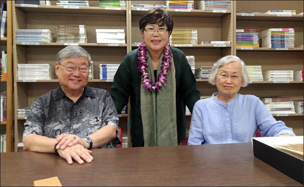 하와이에서 전수산 지사의 외손자인 티모시 최(왼쪽)와 이덕희 하와이이민연구소 소장(오른쪽)과 만난 이윤옥 소장