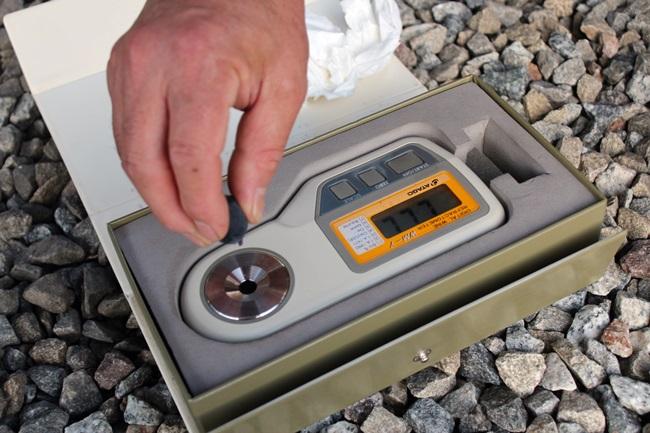 포도의 당도 측정 중입니다.