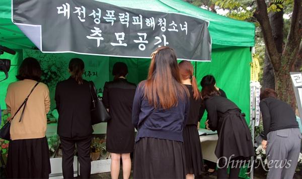 대전교육청 앞에 마련된 '대전성폭력피해청소녀 추모공간(분향소)'에서 여성단체 대표들이 분향하는 모습.