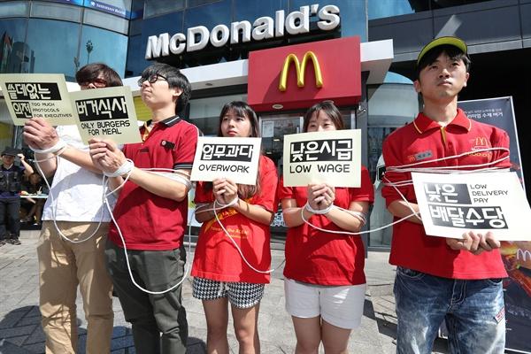 알바노조 회원들이 세계 패스트푸드 노동자의 날을 맞아 영국 맥도날드 노동자의 파업에 동참하고 패스트푸드 업계의 부당한 노동자 처우 등의 개선을 요구하는 의미로 4일 오전 맥도날드 서울 신촌점 앞에서 퍼포먼스를 하고 있다.