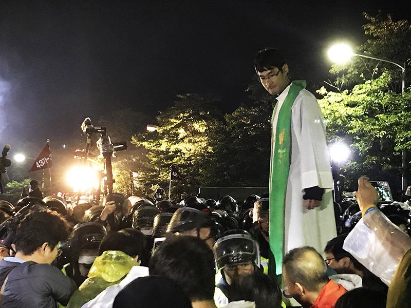 시민들을 해산시키는 경찰앞에 선 신부님. 그렇지만 경찰은 가톨릭 사제와 원불교 교무 등 종교인들까지 해산시켰다.